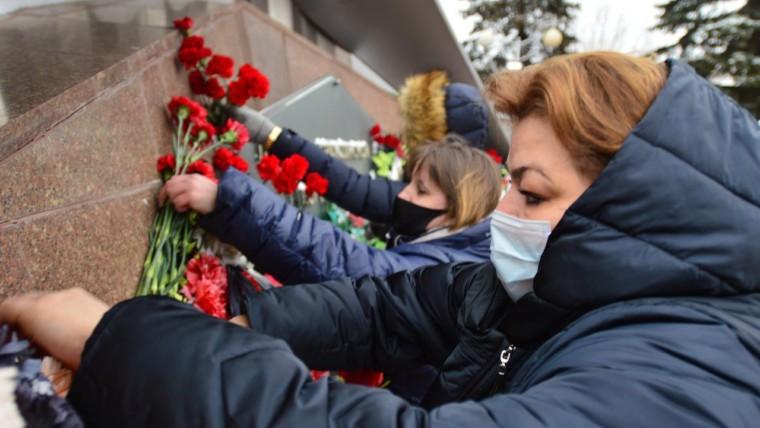 Возложении цветов к памятнику летчикам